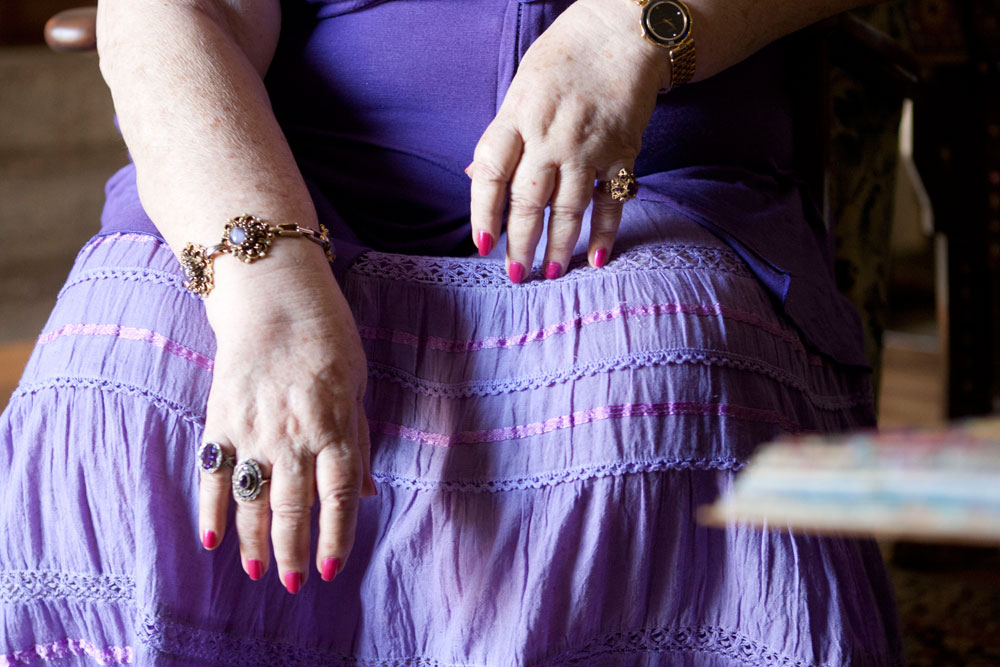 מלאכת יד. ידיים מטופחות ולק המוקפד (צילום: יעל נשר)