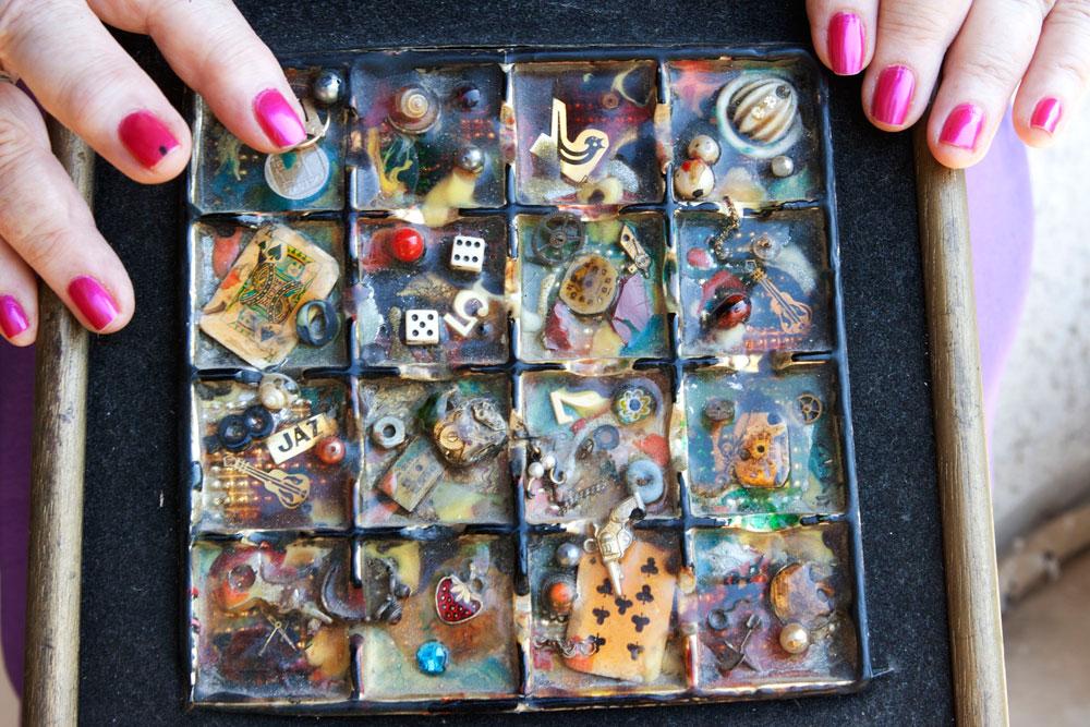 אריזת שוקולד שהפכה לעבודת אומנות. מאגר של פריטים שנאספו וצופו באימייל קר. (צילום: יעל נשר)
