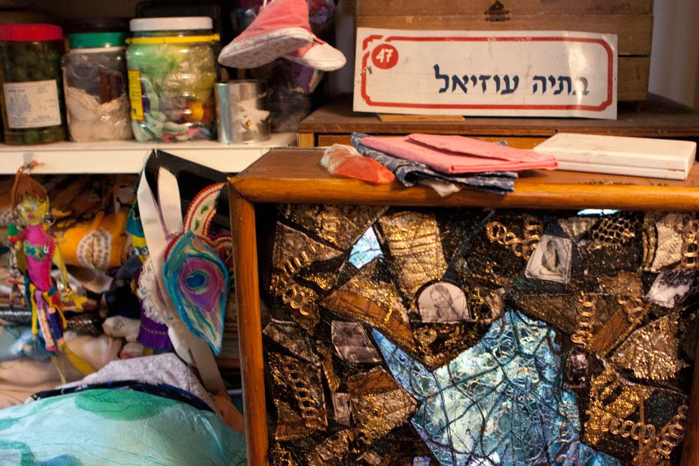 יצירות ועבודות לצד פיסות של זכרונות. שלט הדלת באולפני ההקלטה בטלוויזיה החינוכית (צילום: יעל נשר)