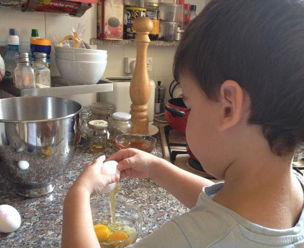נו, מתי כבר שמים את העוגה במיקרופון? יונתן שובר ביצים (צילום: מרב סריג)
