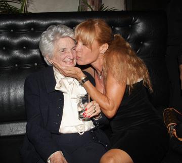 זכורה כדוגמנית של גוטקס. פינצ'י מור עם לאה גוטליב (צילום: יגל בר קמא)