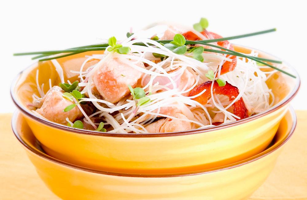 500 קלוריות למנה שהיא ארוחה. קדרת אטריות אורז עם סלמון וירקות מוקפצים   (צילום: יוסי סליס, סגנון: נטשה חיימוביץ)