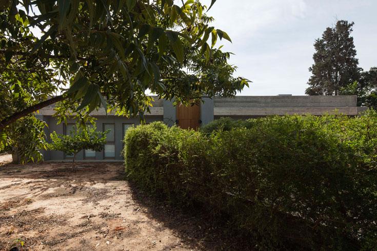 בני הבית ביקשו מבנה צנוע, שלא ייראה מהרחוב. גרוברמן מקווה שלאחר שהצמחייה תגדל יתגלו רק הקורות העליונות של הבית (צילום: אביעד בר נס)