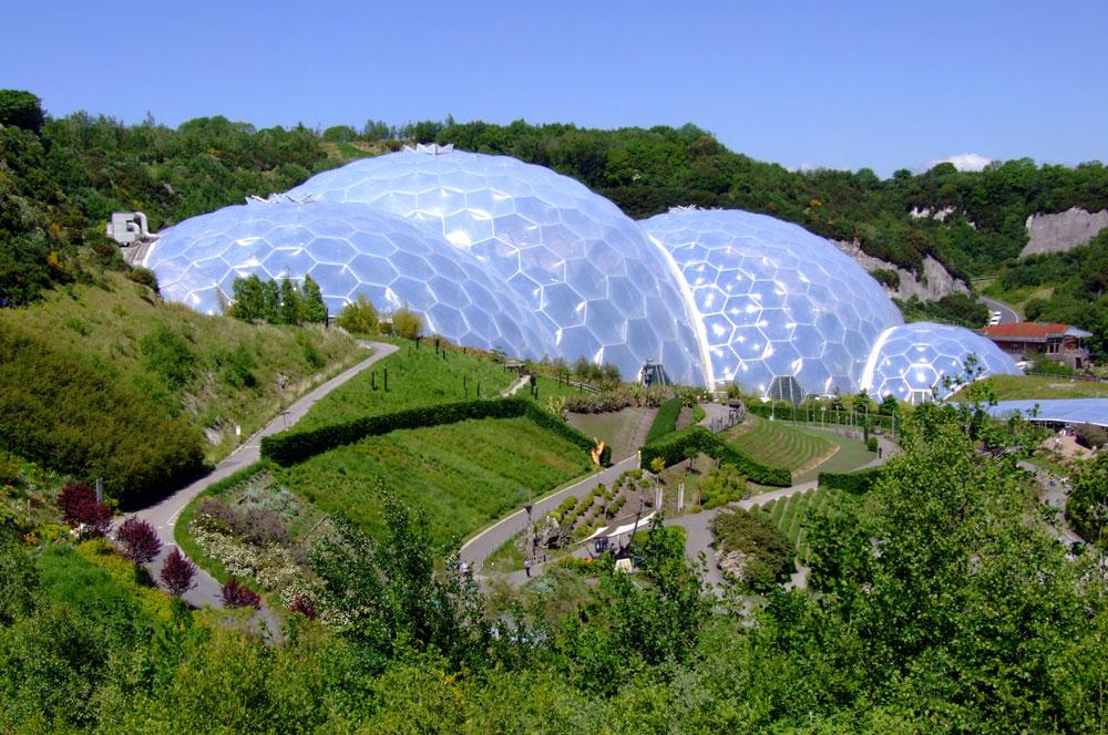 פרויקט Eden בבריטניה. שבע כיפות מחוברות יחדיו וחוסות על צמחים שנאספו מרחבי העולם. הכיפות גיאודזיות, ולכן לא נדרשים עמודי תמיכה. כיכב ב''למות ביום אחר'' של ג'יימס בונד (צילום:  xlibber cc)