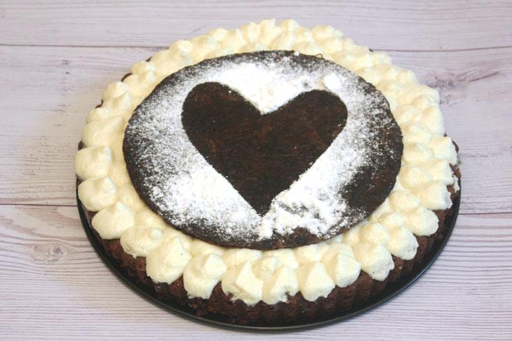 המון שוקולד וכיף. עוגת פאדג' שוקולד עם מוס שוקולד לבן (צילום: נחמה שובתת)