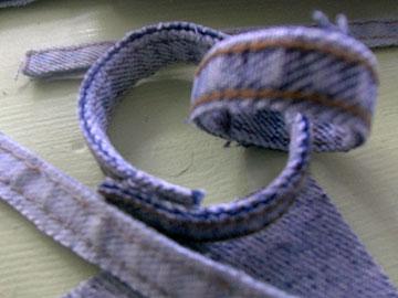 מרצועות החגורה אפשר להכין שרשרת (צילום: דליה ברנובר)