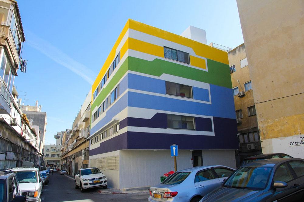 מעונות הסטודנטים ברחוב הנאמנים, באזור לא נעים בעיר התחתית. לנוכח התקציב הנמוך הוחלט להישען על עיצוב גרפי וחלוקת חללים יעילה (באדיבות אוג'י אדריכלים)
