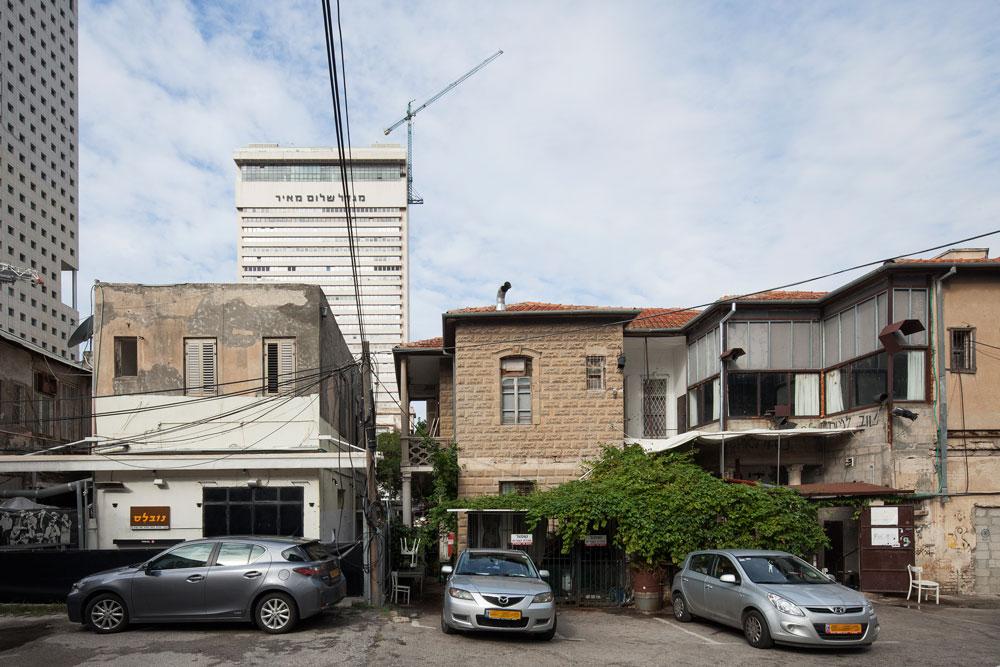 כאן, בפינת הרחובות הרצל ורוטשילד, נותר מקבץ של 5 בתי מייסדים. פרויקט ''רוטשילד 10'' מבקש להעמיד כאן מגדל בן 28 קומות, בכיכובו של מלון ריץ (צילום: אביעד בר נס)