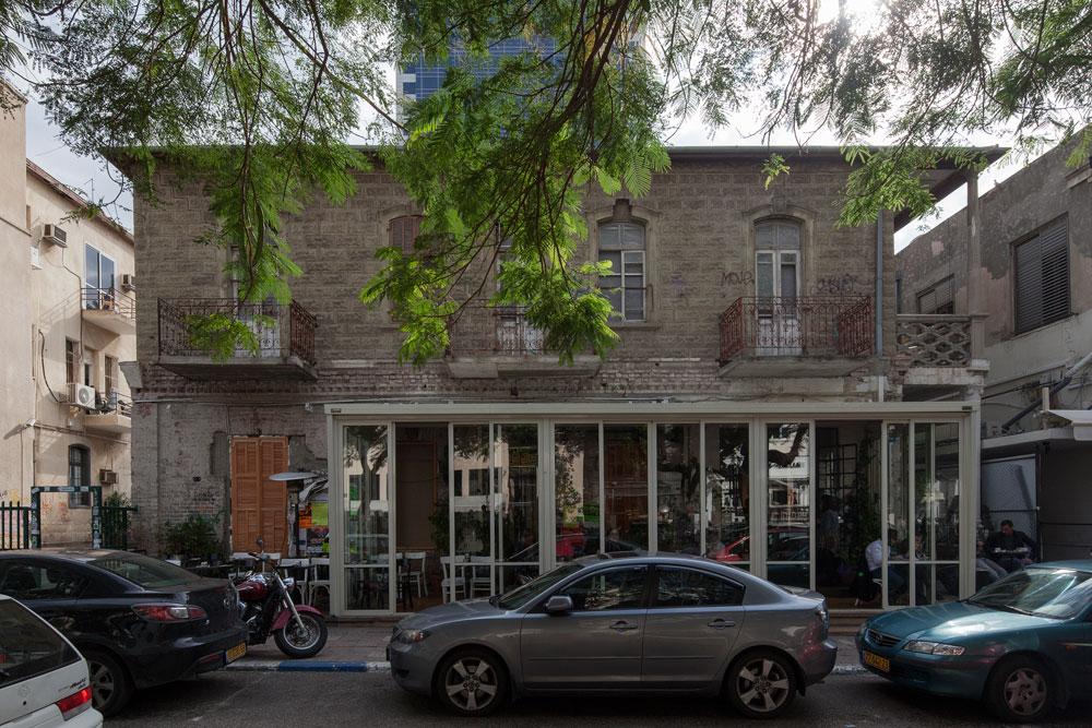 אחד הבתים משמש בשנים האחרונות את הבר-מסעדה ''רוטשילד 12'', אחד הפופולריים ביותר בתל אביב. היזמים והאדריכל מסרבים למסור כל פרט מזהה על הפרויקט המתוכנן, שעדיין לא קיבל היתרי בנייה (צילום: אביעד בר נס)