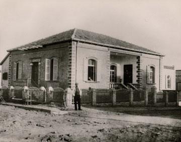 בית מיכאל פולק, ממייסדי העיר, 1910. הקבלנים זוכים לאחוזי בנייה מופלגים, ובתמורה משפצים בית היסטורי