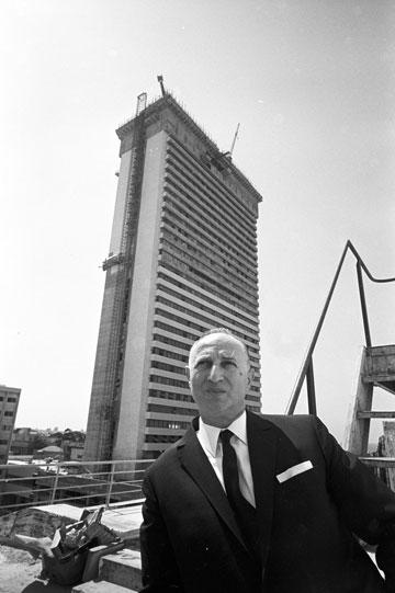 משה מאיר על רקע מגדל שלום, 1965. הבניין ששינה את ת''א לתמיד (צילום: דוד רובינגר)