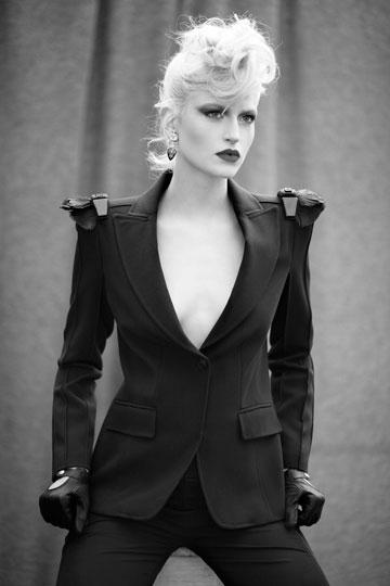קולקציית חורף 2011 של רזיאלה. ''בחרתי לא לעשות גימיקים, אלא להביא את הבגדים שלי'' (צילום: גיא כושי ויריב פיין)