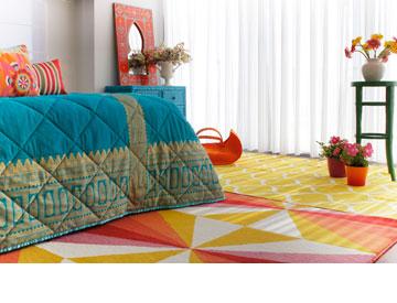 שטיחים עם דוגמאות גיאומטריות מ''איקאה'' ווילון קפלים שמגיע לרצפה (צילום: אפרת לוזנוב)