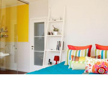 חדר הרחצה של גדי: קיר צהוב ודלת הזזה מזכוכית (צילום: אפרת לוזנוב)