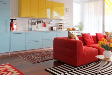 המטבח הפך לחלק מהסלון ופרקט החליף את הגרניט-פורצלן הנהוג בדירות קבלן (צילום: אפרת לוזנוב)