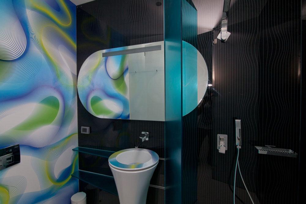 חדר הרחצה והשירותים. ''הכי יפה בעיניי הוא לכבד את הישן אך לא לחקות אותו'', אומר ראשיד (צילום: דור נבו)