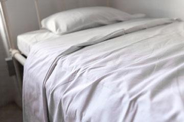עכשיו שקט כאן. מיטה בבית החולים (צילום: איל תגר)
