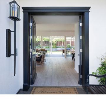 דלת כניסה גדולה מעץ שנצבע שחור (צילום: שי אפשטיין)