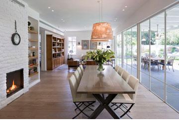 שולחן אוכל עם רגלי איקס, מוטיב שחוזר בבית (צילום: שי אפשטיין)