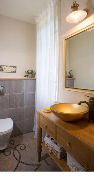 פסיפס וכיור מוזהב בשירותי האורחים (צילום: שי אפשטיין)