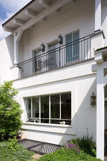 חזית סימטרית בסגנון איטלקי, ומסגרת בנויה לחלונות (צילום: שי אפשטיין)