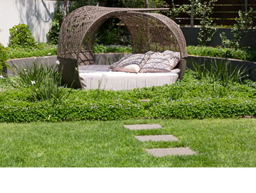 מיטת שיזוף עגולה עם סכך. מייד אין צ'יינה (צילום: שי אפשטיין)