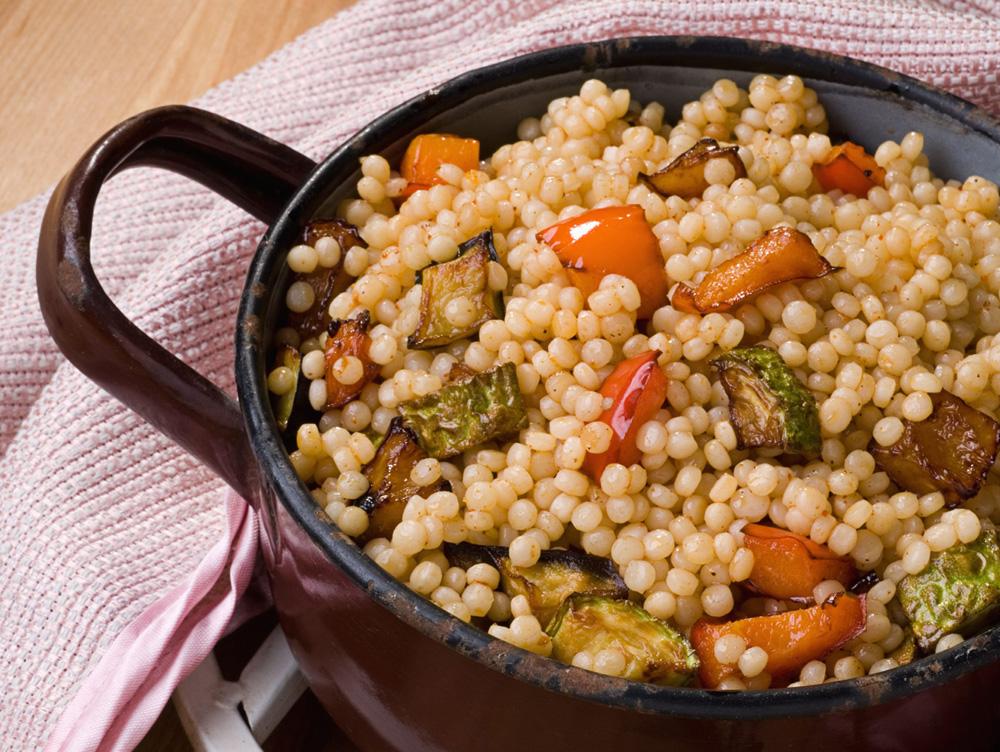 פתיתים עם ירקות מטוגנים (צילום: שחר פליישמן, סגנון פסי ברניצקי)