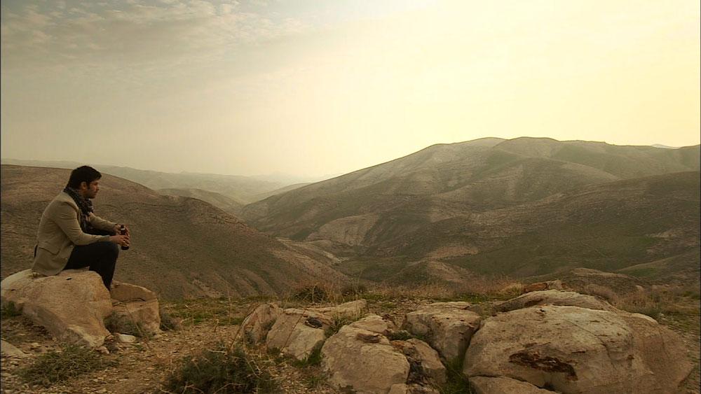 את העונה פתחה סצינה שבה מתבודד נדב פלדמן (יהודה לוי) במדבר, המקום הוא ''חוות ארץ בראשית'', הסמוכה לכפר אדומים שבמדבר יהודה (צילום: רם שוויקי  )