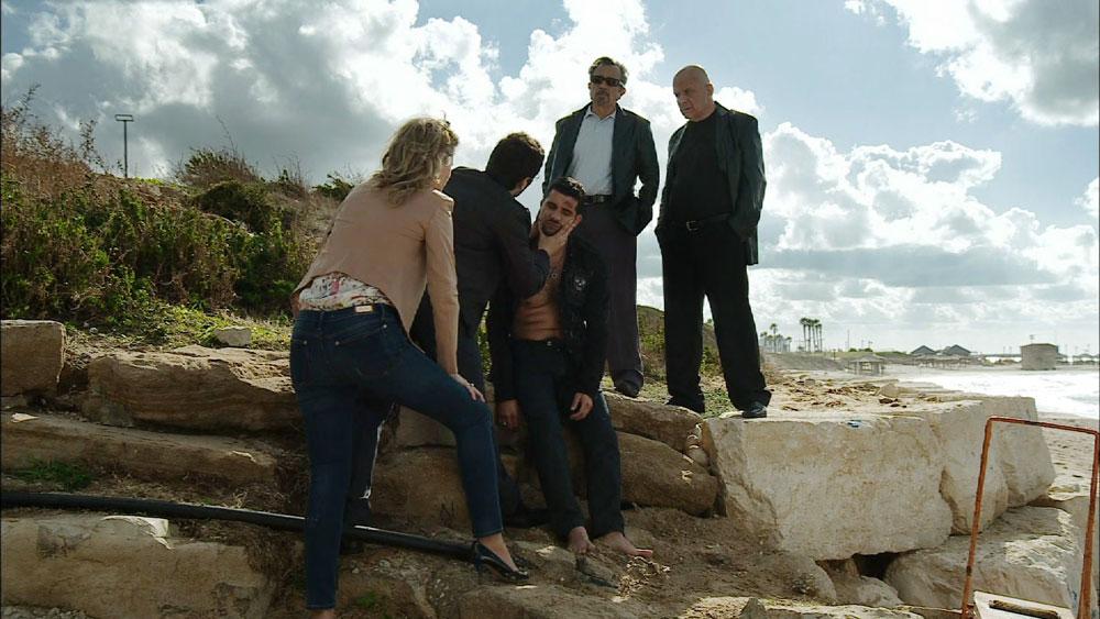 בסדרה: אבי הטחול (שלומי קוריאט) מנסה להתאבד בחוף הים, ונשלח לבית חולים פסיכיאטרי. במציאות: חוף הצוק בצפון תל אביב (צילום: רם שוויקי  )