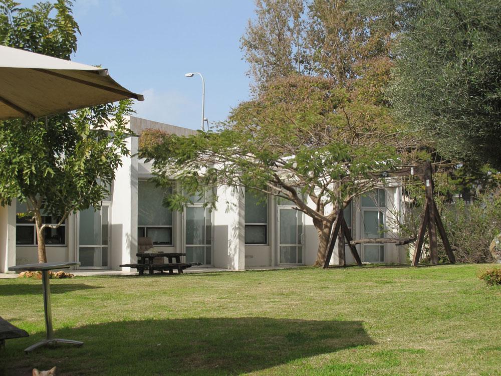 החדרים מופנים כלפי החצר הפנימית, שופעת הצמחייה המגוונת, כך שהחולים והמבקרים יוכלו להביט בה דרך חלונות גדולים (צילום: מיכאל יעקובסון)