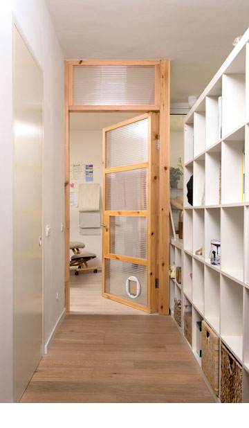 מבט מהמסדרון לעבר חדר העבודה (צילום: דורון עובד)