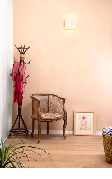 טיח אדמה על הקירות וגופי התאורה (צילום: דורון עובד)