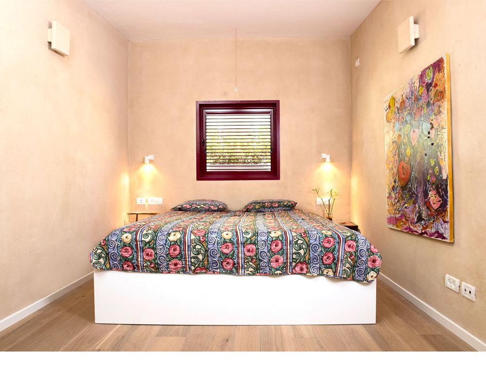 חדרי השינה טויחו בטיח אדמה, שמעניק תחושת חמימות טבעית. הפרקט הונח על משטח שעם ללא הדבקה, שפולטת רעלים (צילום: דורון עובד)
