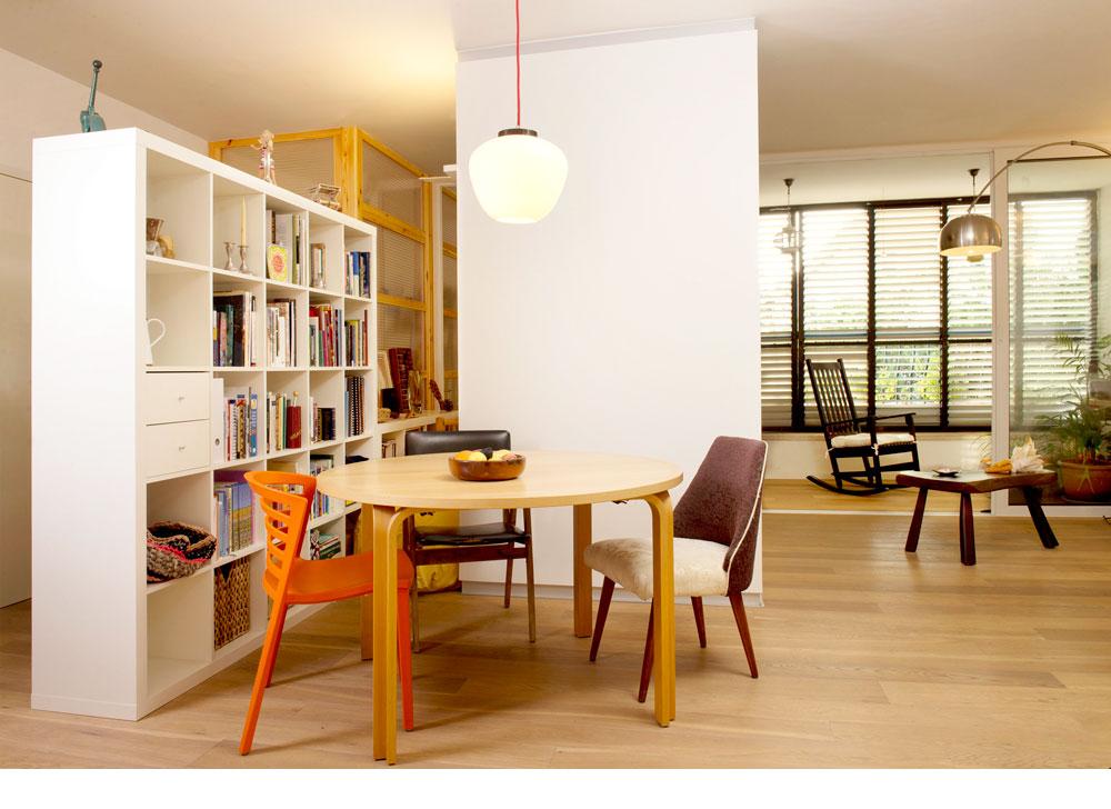 בדירה המקורית היו 5 חדרים. אחד מהם בוטל לטובת עוד מרחב ואור בסלון. כל הקירות החיצוניים של הדירה עובו ב-5 ס''מ של שכבת בידוד. ''אנחנו כמעט ולא מדליקים מזגן'', מצהירים בני הבית (צילום: דורון עובד)