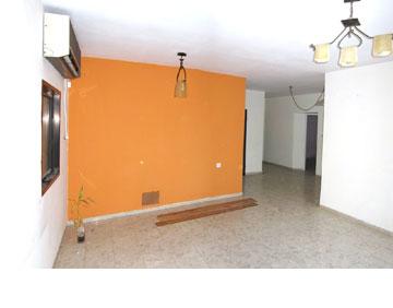 ''לפני'': קירות בין הסלון למטבח ובינו לבין חדר קטן