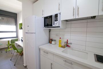מטבחון מצויד וחסכן בחשמל, וחדר (צילום: דור נבו)
