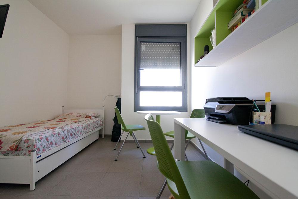 כך נראית דירת יחיד בפרויקט: 17 מ''ר, כולל רהיטים בסיסיים - מיטה, ארון, שולחן כתיבה. המחיר: 2,164 שקל בחודש (צילום: דור נבו)