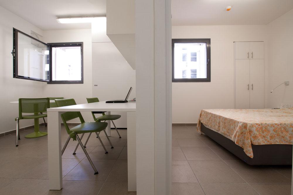 וזו דירת זוג במעונות ברושים: הממ''דים הקומתיים עברו הסבה למגורים. ממילא בשעת חירום יפונו כל הסטודנטים מהמעונות, לטובת משפחות מהצפון או הדרום (צילום: דור נבו)