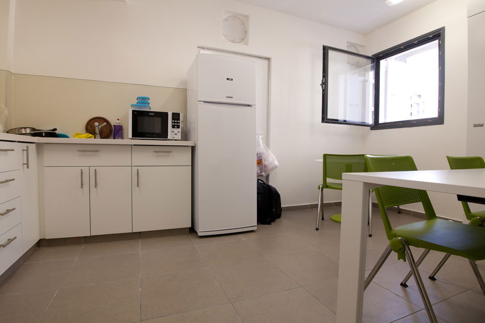 המטבח וה''סלון'' בדירה הזוגית. חדש, אבל צפוף. שכר הדירה: 2,934 שקל בחודש (צילום: דור נבו)
