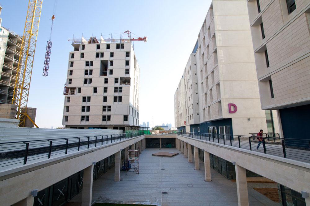 מעונות ''ברושים'' הנבנים ליד אוניברסיטת תל אביב. הבניין הראשון שהושלם מאוכלס כולו - ובחברת ''שיכון ובינוי'' מוסרים שכבר יש רשימות המתנה. הקומה המסחרית, שעדיין לא נפתחה, בוודאי תוסיף לפופולריות של הפרויקט, עם חנויות, בתי קפה וסניפי בנק, לנוחות הסטודנטים (צילום: דור נבו)