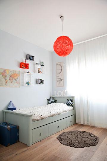 חדרו של לורי. את האהיל סרגה גילן וקופסאות פלסטיק צבעוני משמשות כמדפים (צילום: ליאן מונין)