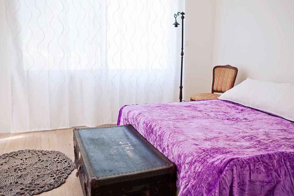 חדר השינה של ההורים. את הארגז קנו בשוק הפשפשים, המנורה וכיסוי המיטה עברו במשפחה ואת השטיח סרגה גילן (צילום: ליאן מונין)