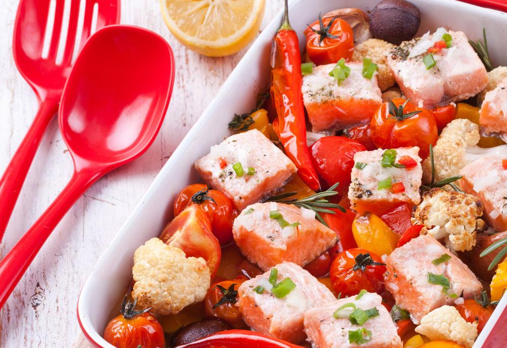 סלמון בתנור עם ירקות וטימין (צילום: כפיר חרבי)