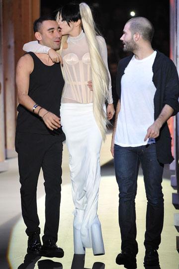 אפילו לו נמאס. ליידי גאגא מחבקת את ניקולא פורמיקטי, 2011 (צילום: gettyimages)