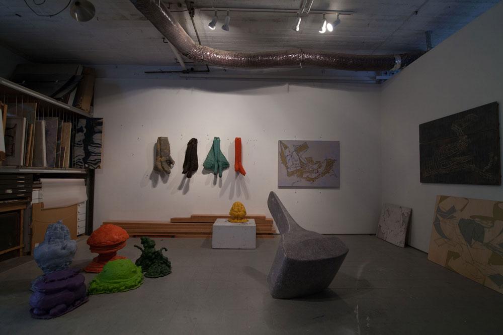 אוריאל מירון מפסל בחומרי גלם גסים, ובין היתר הופך כיסאות ''כתר פלסטיק'' לפריטי עיצוב חד-פעמיים. גם הוא עובד בקרית המלאכה, ואינו רשאי לגור בסטודיו (צילום: דור נבו)
