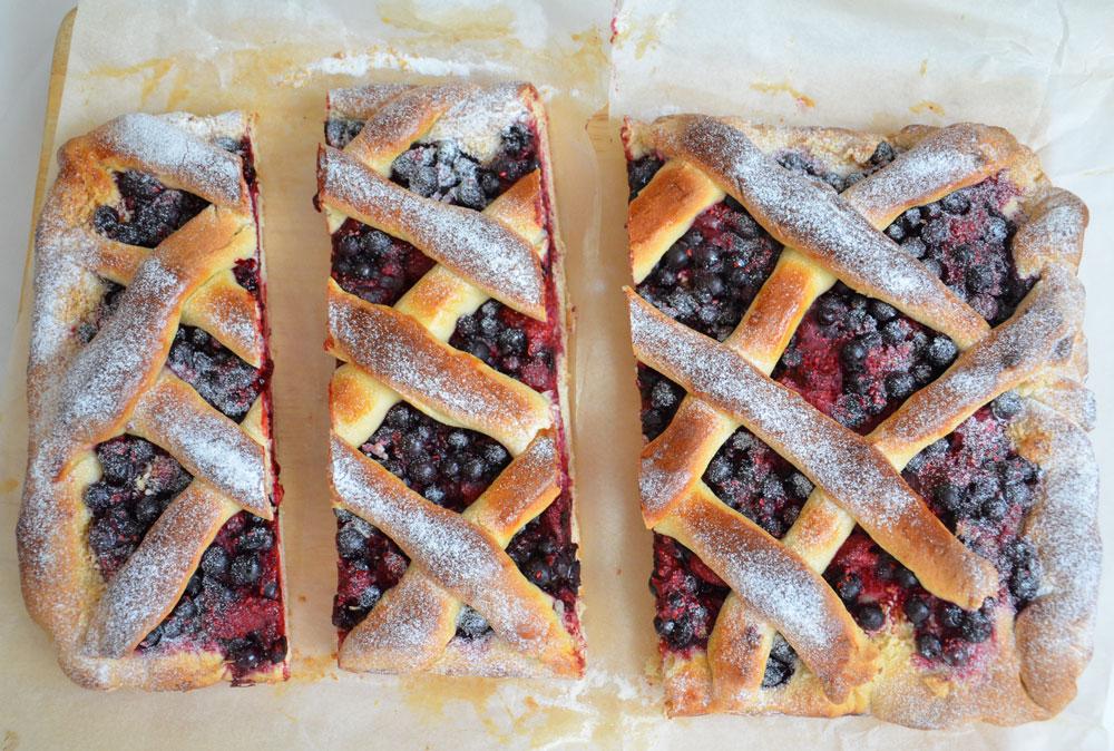 עוגת שמרים עם פירות יער (צילום: חני הראל)