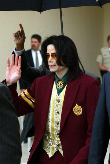 עשרות נערים טענו, מעולם לא הוכחה אשמתו. מייקל ג'קסון יוצא מבית המשפט (צילום: gettyimages)