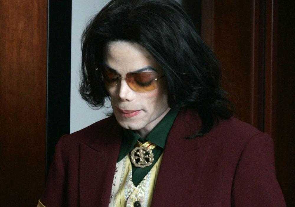 נגמר בהתפשרות ובפיצויים של 22 מיליון דולר. מייקל ג'קסון בצאתו מבית המשפט (צילום: gettyimages)