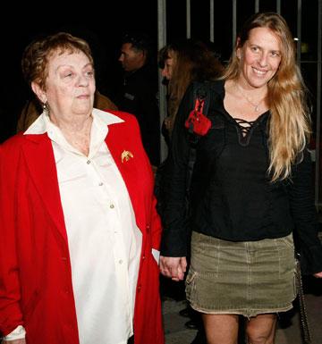 """""""היא לא סופרת אותי ממטר"""". עם האם חנה מרון (צילום: אורי אליהו)"""