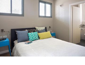 3: כריות יכולות להכניס צבע ומרקם מעניין. חדר שינה בעיצוב ורד בונפיליולי (צילום: שי אפשטיין)